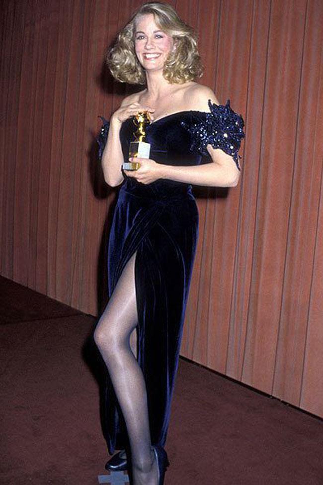 Trước thềm lễ trao giải Quả cầu vàng lần thứ 75 diễn ra vào ngày 7/1, Harpers Bazaar điểm lại những bộ váy sexy nhấttừng xuất hiện trên thảm đỏ sự kiện này. Trong ảnh, diễn viên Cybil Shepard tỏa sáng với đầm nhung xẻ tà tại lễ trao giải lần thứ 43 (năm 1986).