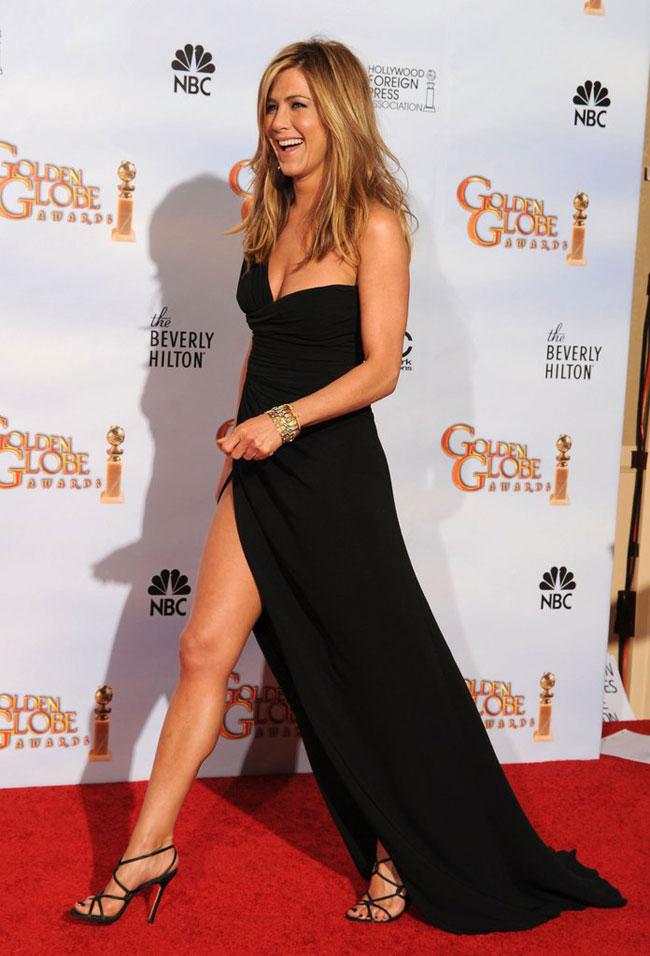 Năm 2010, nữ diễn viên Jennifer Aniston thu hút báo giới với đầm đen xẻ cao thương hiệu Valentino.