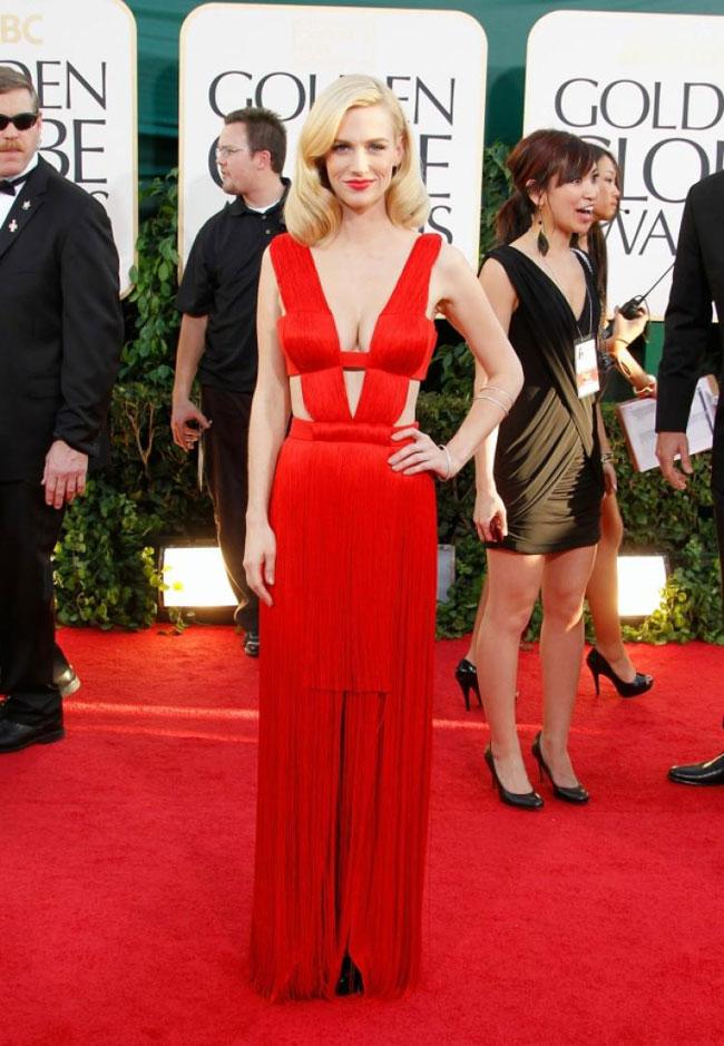 January Jones đốt cháylễ trao giải Quả cầu vàng lần thứ 68 với những đường cut out táo bạo trên bộ đầm đỏ rực thương hiệu Atelier Versace.