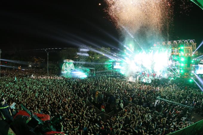 Đến 20h, không gian hoành tráng của Quảng trường Đông Kinh Nghĩa Thục với sức chứa hàng trăm ngàn người đã được lấp đầy.