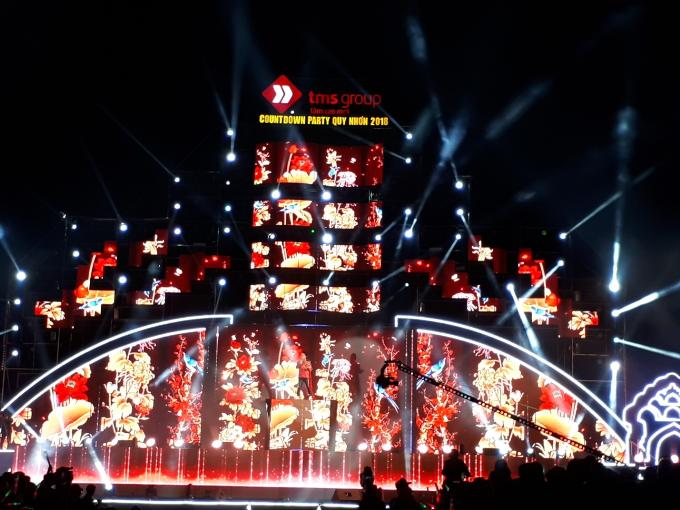 Chưa bao giờ Quy Nhơn  Bình Định lại sôi động như buổi tối cuối cùng của năm 2017. 20h tối, Quảng trường Nguyễn Tất Thành đã không còn một chỗ trống bởi sự có mặt của hàng vạn khán giả. Mọi con đường dẫn tới sự kiện đều chật kín, cả thành phố được hâm nóng bởi không khí sôi động và cuồng nhiệt nơi đây.