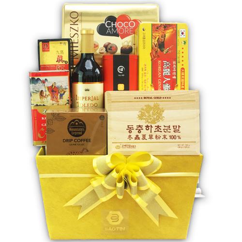 Hộp quà tết sum vầy Bảo Tín với nền màu vàng sang trọng như gửi gắm lời chúc sức khỏe dồi dào, phát tài phát lộc.