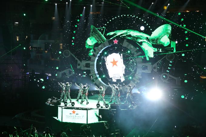 Chủ đề táo bạo Du Hành Tới Tương Lai được Heineken lần đầu tiên đem đến cho người hâm mộ để chào đón năm mới 2018. Khán giả Thủ đô sẽ chính là những phi hành gia tham gia vào chuyến du hành không gian có một không hai để khám phá 5 hành tinh của dải ngân hà Heineken.