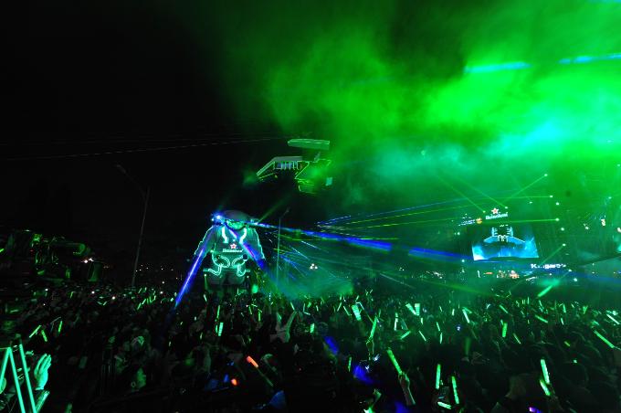 Giây phút thăng hoa, bùng nổ nhất của đêm đại tiệc là khi Phi hành gia khổng lồ một lần nữa tái xuất trên sân khấu, cắm cờ Heineken trên hành tinh điểm đến tuyệt diệu FUTURE, nhấn nút kích hoạt, cùng ngàn vạn pháo hoa nở bung, sáng rực một vùng trời trong tiếng vỗ tay, reo hò của toàn bộ khán giả và nghệ sĩ có mặt.
