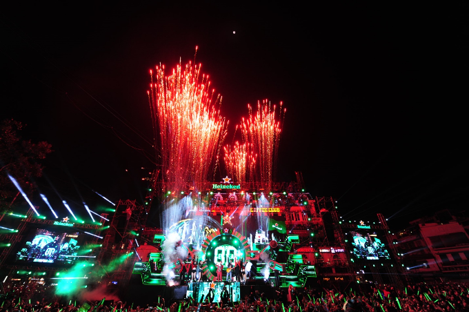 Với Heineken Countdown Party 2018 khán giả Thủ Đô cũng như khán giả ở khắp mọi miền trên cả nước đã thật sự thực sự hoà mình vào những màn trình diễn tuyệt đỉnh với không khí âm nhạc sôi động, tận hưởng đầy đủ trọn vẹn các trải nghiệm cực chất và mở ra một năm 2018 đầy sắc màu! Cùng xem lại những giây phút mà chính bạn đã cùng Heineken du hành tới tương lai và chào đón năm mới 2018 tại https://www.facebook.com/HeinekenVN nhé!