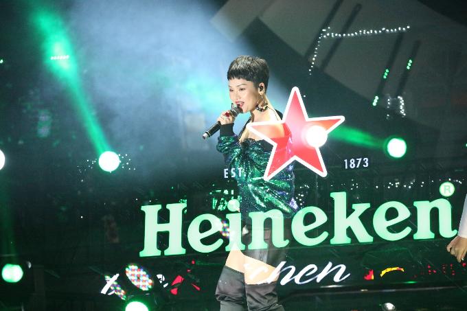 Lần đầu tiên đến với sân khấu lớn của Heineken Countdown, Miu Lê mở màn phần trình diễn solo với liên tục 3 ca khúc hit: Anh đang nơi đâu, Mình yêu từ bao giờ và Yêu một người có lẽ.