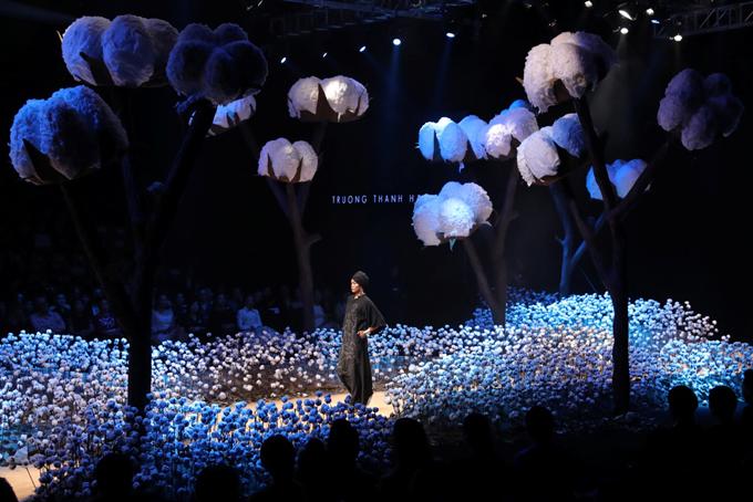 Cùng với các nhà thiết kế, nhiều tạp trí trong nước cũng mang đến nhiều chương trình được tổ chức công phu với phần thiết kế sân khấu gắn liền với chủ đề của các bộ sưu tập. Điển hình là sàn diễn trang trí đầy cây bông trắng của chương trình Thời trang bề vững.