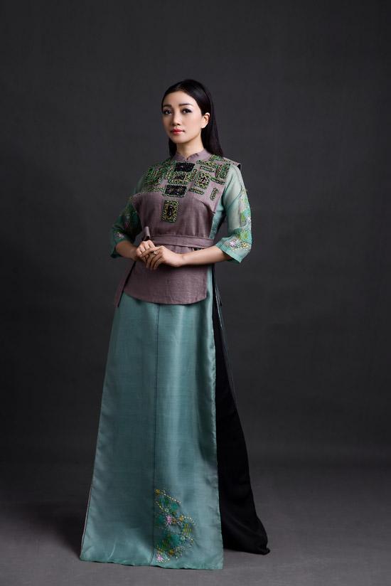 Ca sĩ Phạm Thu Hà cũng làm mẫu trong bộ ảnh thời trang cùng Quang Dũng. Cả hai từng kết hợp ăn ý trên sân khấu và có mối quan hệthân thiết ở ngoài đời.