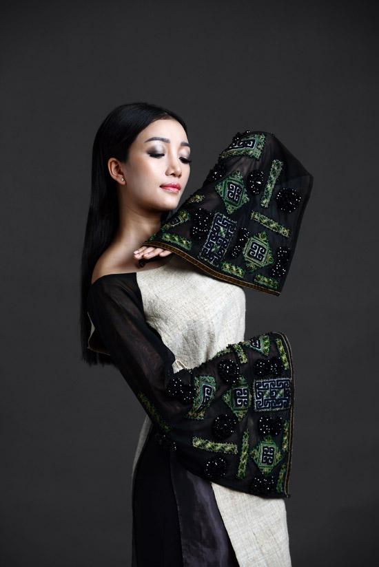 Thiết kế áo dài mà Phạm Thu Hà diện có phần cánh tay loe thêu tỉ mì, vừa mang nét truyền thống vừa điểm xuyết sự hiện đại.