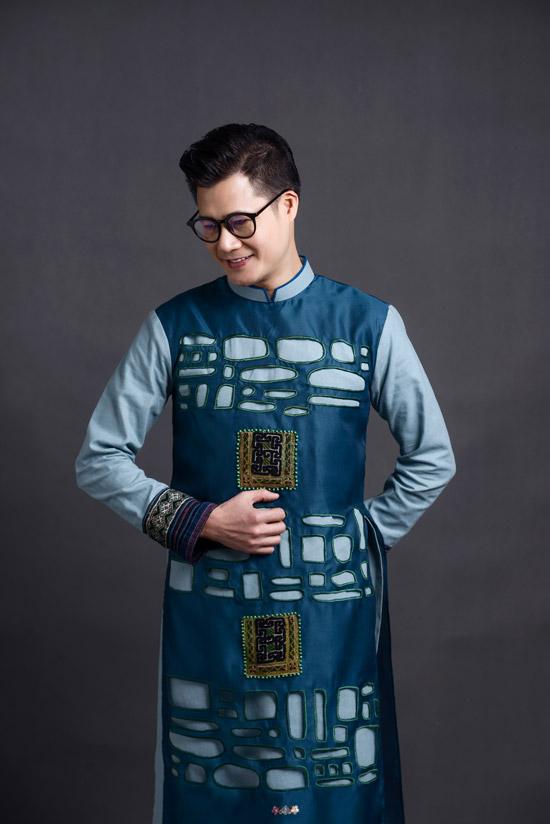 Bộ sưu tập áo dài nam của Vũ Việt Hà trung thành với kiểu dáng truyền thống nhưng sáng tạo ở cách xử lý tinh tế các họa tiết thêu tay và chi tiếtcut-out.