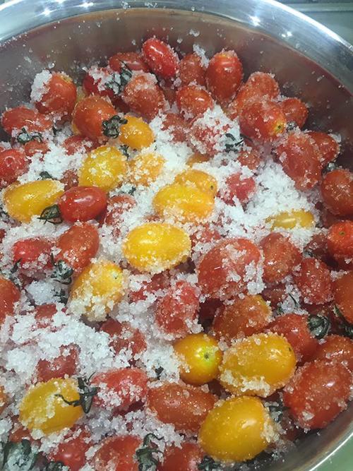 Cà chua bi ướp đường.