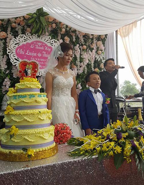 Cô dâu xúc động trong ngày vui của mình.