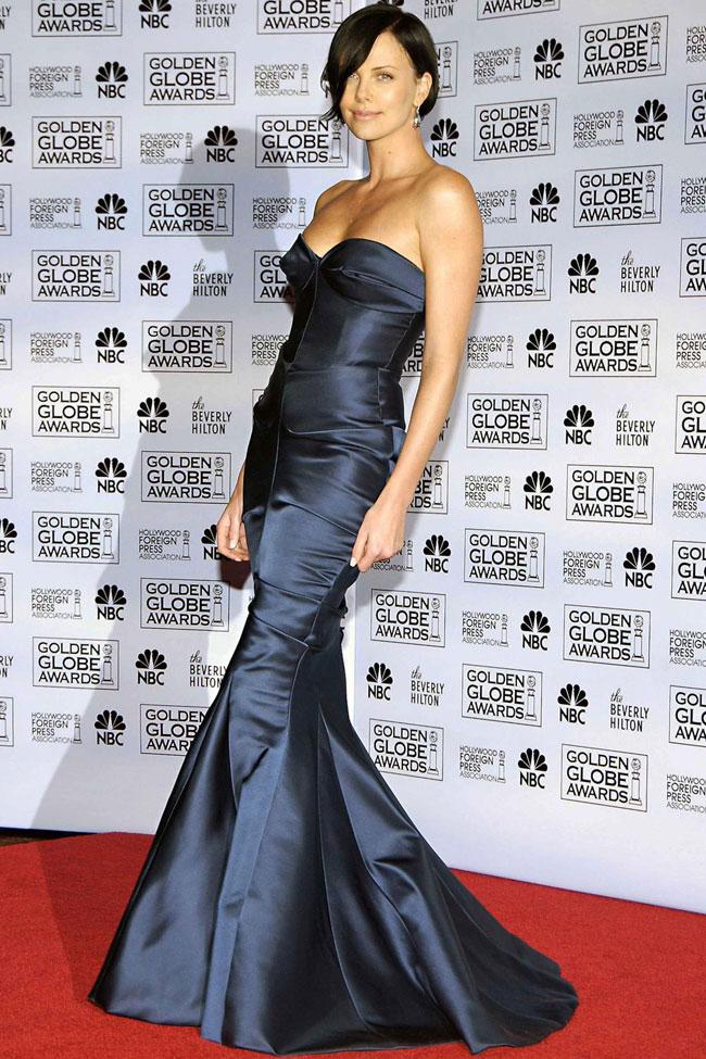 Cô đào Mỹ gốc Nam Phi - Charlize Theron -gợi cảm trong bộ đầm cúp ngực, chất liệu satin của Dior trên thảm đỏ năm 2005.