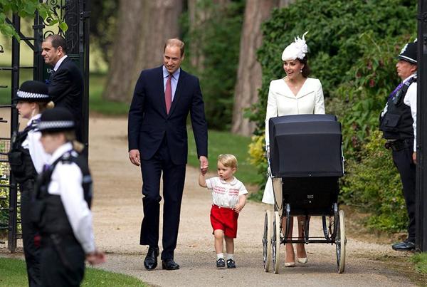 Vì sao Hoàng tử William không dắt tay con gái khi xuất hiện trước công chúng? - 1