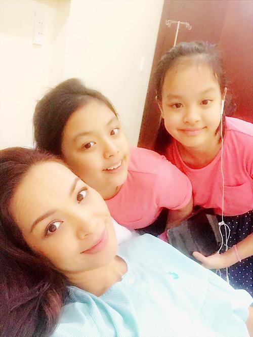 Suli và Suti đễn chăm sóc mẹ Thuý Hạnh trong bệnh viện. Cựu người mẫu chia sẻ: Hai nàng đến chăm mẹ thay cho ba. Hai nàng lớn rùi, biết chăm sóc mẹ rùi. Thương lắm.