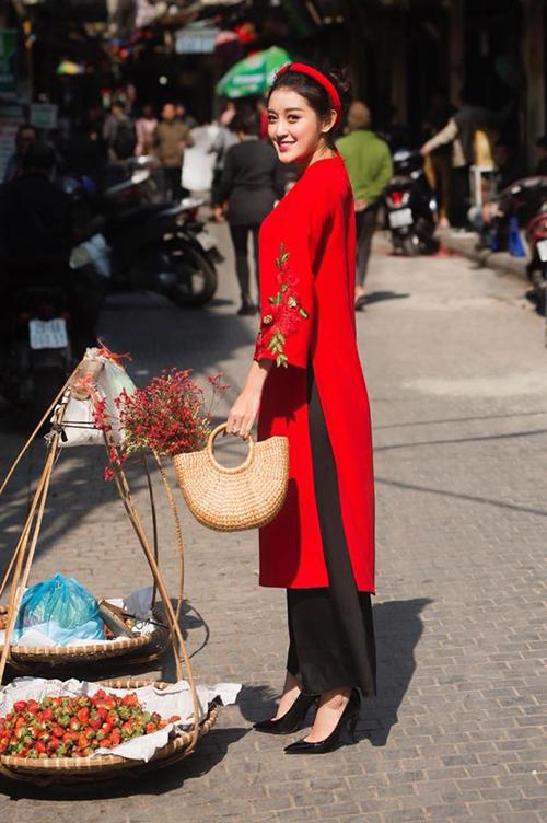 Huyền My diện áo dài đỏ chơi Tết. Cô viết: Cô My Hà Nội. Đây là trang phục do My tự thiết kế.