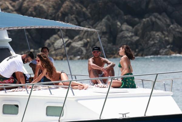 Neymar và Kevin Trapp hưởng nắng gió ấm áp trước khi trở về Pháp tiếp tục các trận đấu đầu năm mới cho PSG.