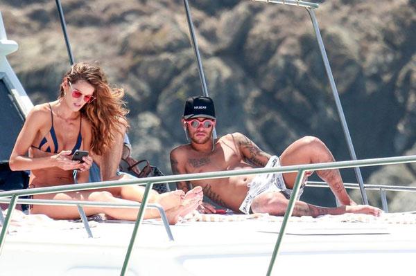 Siêu sao PSG đeo kính sành điệu, nằm phơi nắng trên du thuyền bên cạnh siêu mẫu Izabel Goulart, bạn gái của đồng đội Kevin Trapp.