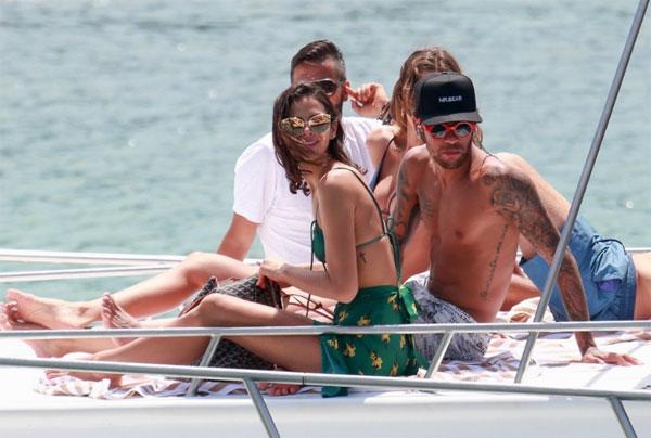 Cậu con trai Davi Lucca cũng đi cùng Neymar trong chuyến đi nghỉ dưỡng đầu năm mới. Trên Instagram ngày cuối cùng của năm 2017, tiền đạo 25 tuổi đăng ảnh chụp cùng con và gọi bé là Người bạn thân nhất.