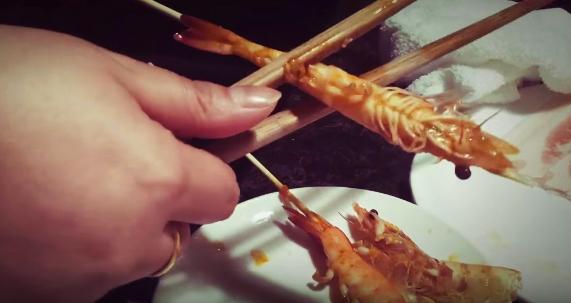 Cách bóc tôm bằng đũa nhanh ít ai ngờ