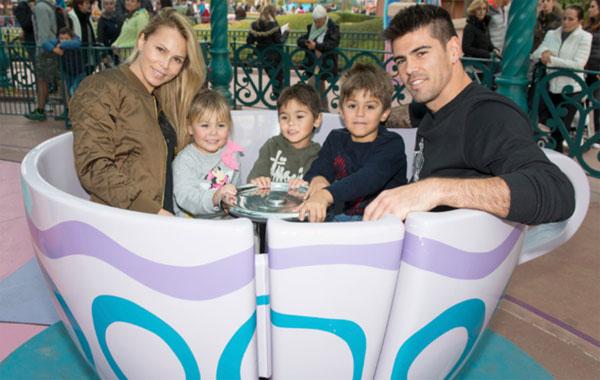 Victor Valdes bên vợ và ba con.