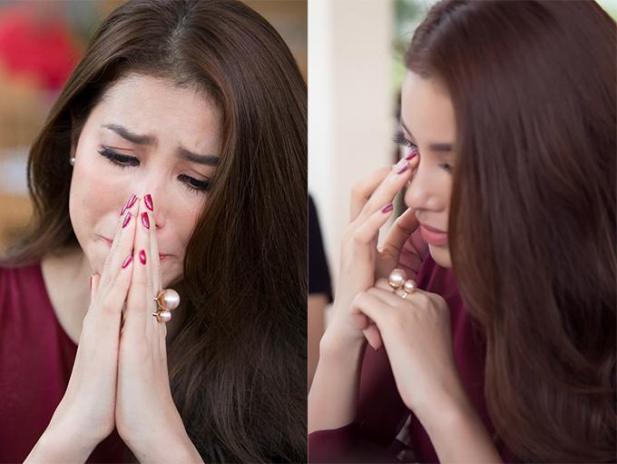Phạm Hương lặng người gần một phút rồi rơi nước mắt khi được hỏi về người cha vừa qua đời.