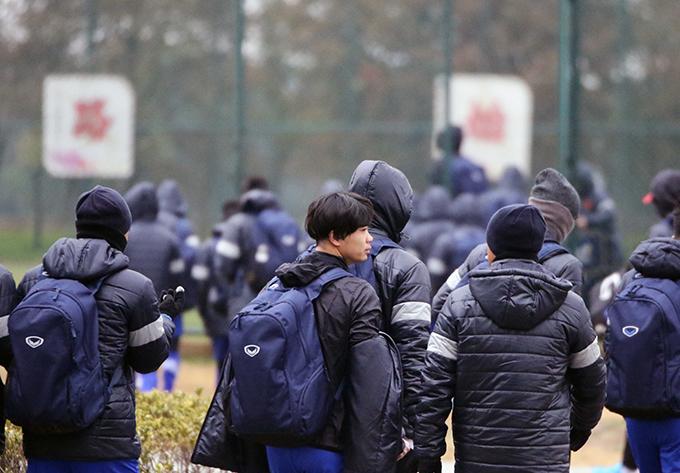 HLV Park Hang Seo cho các học trò đi mua sắm, ăn nhà hàng ở Trung Quốc - 8