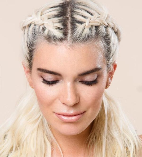 Tết tóc mái hai bên ngược về phía sau và buông xoã đuôi tóc hợp với những nàng cá tính.
