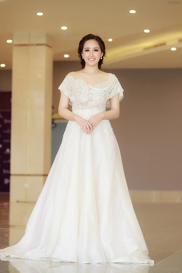 Mai Phương Thuý diện bộ đầm trắng lộng lẫy của nhà thiết kế Hoàng Hải để góp mặt tại sự kiện này.