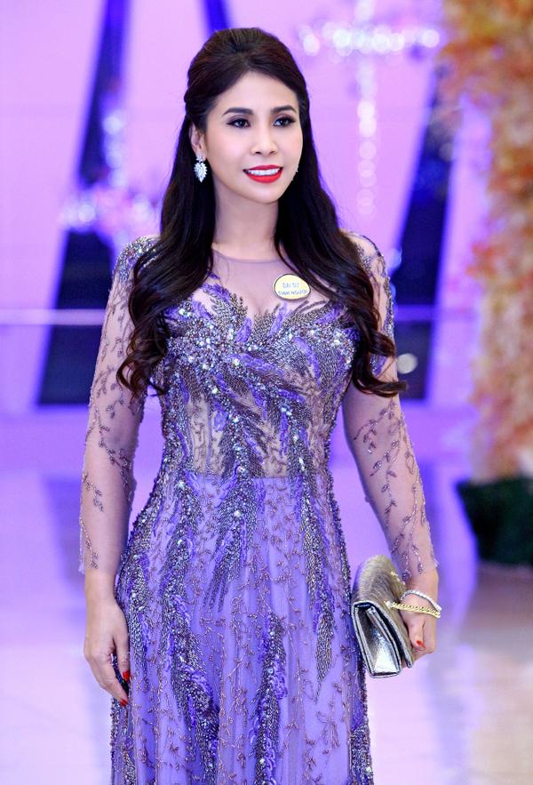 Ở tuổi ngoài 40, em gái Lý Hùng vẫn giữ được vóc dáng gợi cảm và ngày càng đầu tư chăm chút về hình ảnh.