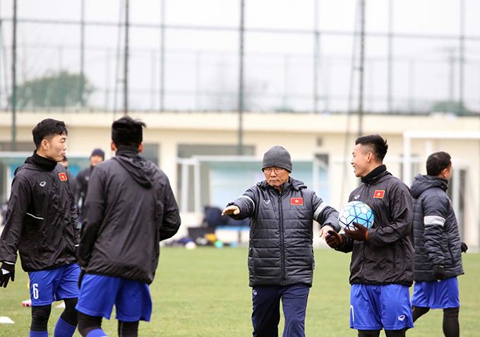 HLV Park Hang Seo chủ động điều chỉnh giáo án trong đó tập trung hơn vào các trò chơivới bóng, qua đó giúp tăng cường sự gắn kết và giải phóng những áp lực về tâm lý cho các học trò.
