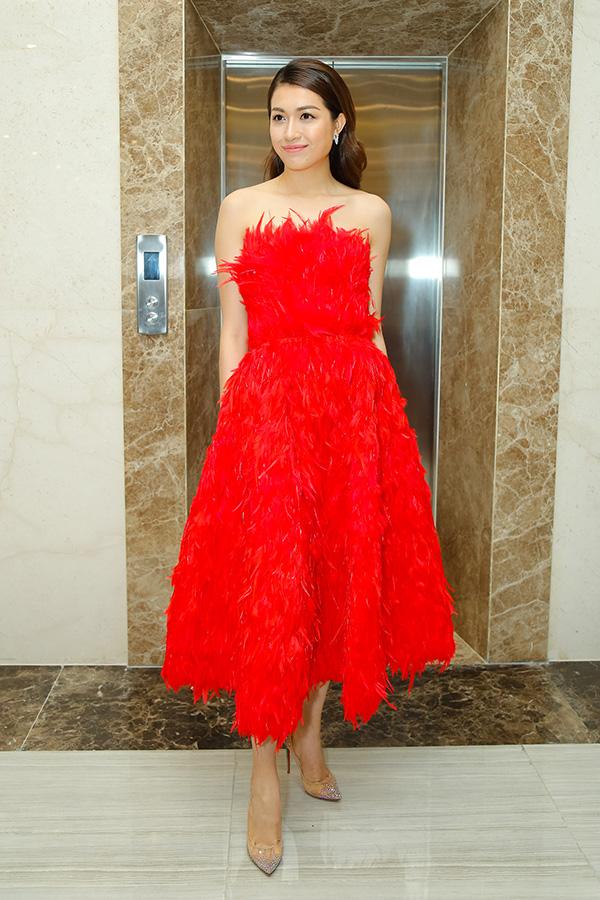 Á hậu Hoàn vũ Việt Nam 2015 Lệ Hằng nổi bật trong bộ váy đỏ rực rỡ.