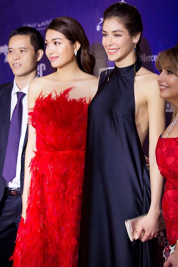 Từ trái qua: Trưởng ban tổ chức Hoa hậu Hoàn vũ Việt Nam - ông Trần Ngọc Nhật, Á hậu Lệ Hằng, Hoa hậu Dayana Mendoza và bà Paula - chủ tịch tổ chức Hoa hậu Hoàn vũ Thế giới.