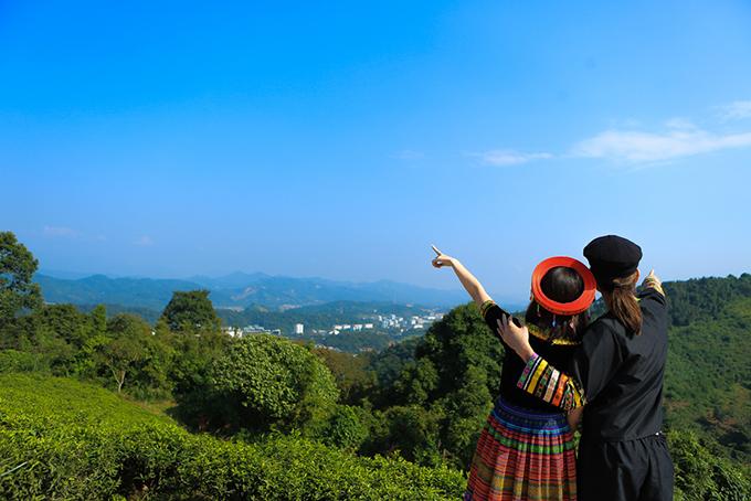 Hari - BB Trần thích thú phóng tầm mắt ra xa, ngắm toàn bộ thành phố Lào Cai từ đồi chè.
