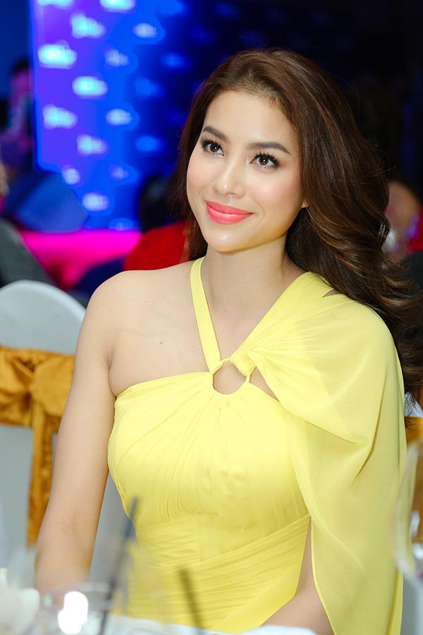 Hoa hậu Hoàn vũ Việt Nam 2015 Phạm Hương khoe vai trần gợi cảm trong đêm tiệc.