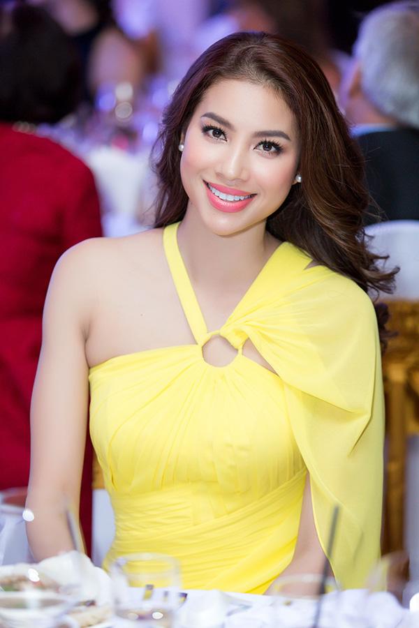 Chiều nay Phạm Hương đã khóc nức nở trong buổi chia sẻ với truyền thông về hai năm là đương kim Hoa hậu Hoàn vũ Việt Nam. Chỉ còn một ngày nữa sẽ trở thành cựu Hoa hậu, Phạm Hương có rất nhiều cảm xúc.