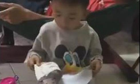 Cậu bé 6 tuổi đánh vần 'sáng tạo' khiến cả nhà cười bò