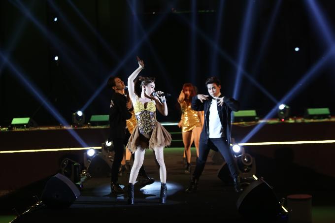 Ca sĩ trẻ Sally Lê cũng có mặt tại sân khấu Bia Sài Gònchào năm mới với những vũ điệu nóng bỏng.