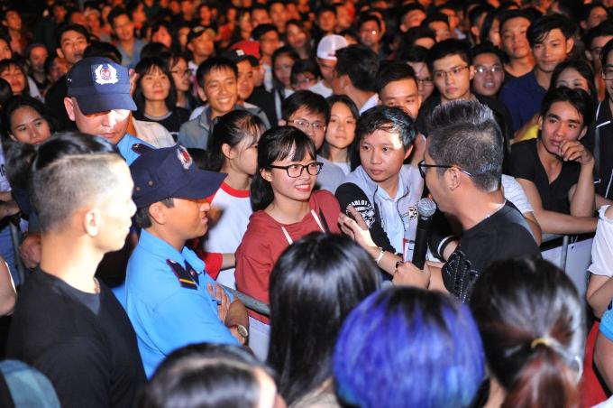 Anh cònkhiến không khí lễ hội trở nên ấm áp, gần gũihơn khi xuống dưới sân khấu, giao lưu với các bạn trẻ.