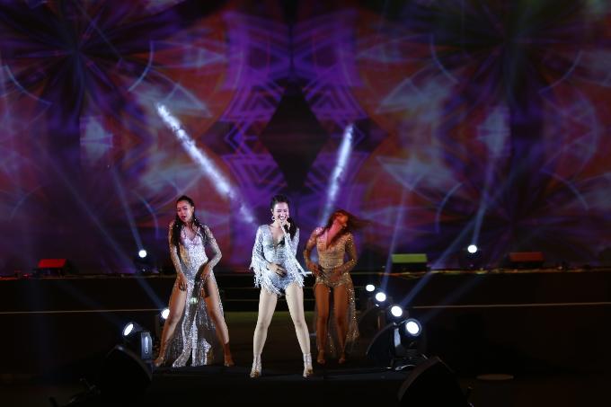 Đông Nhi và Hà Anh Tuấn hiện thân rực rỡ tại nhạc hội chào đón năm mới - 1