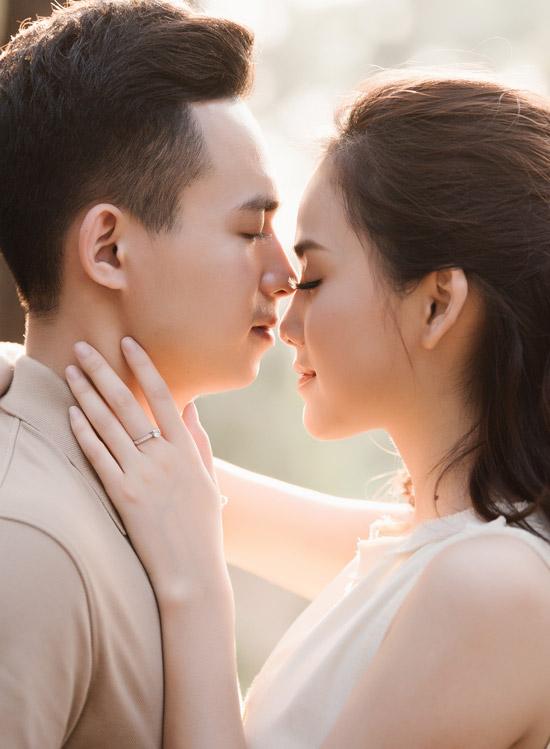 Mặc dù mới 21 tuổi và chưa tốt nghiệp Đại học nhưng Tố Như vẫn quyết định lập gia đình sớm. Cô cho biết, tình yêu của cô và ông xã Trung Hiếu đủ lớn để cả hai cùng nhau xây dựng tổ ấm. Đôi uyên ương đã gắn bó hơn một năm và được bạn bè khen xứng đôi vừa lứa về ngoại hình.