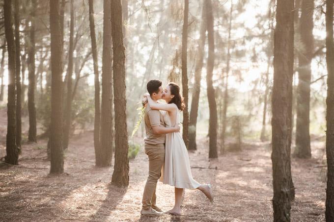 Trước giờ lên xe hoa, Tố Như chia sẻ bộ ảnh cưới của vợ chồng cô được thực hiện ở rừng thông yên bình. Cặp đôi mặc trang phục đồng điệu, cùng nắm taydạo bước trong rừng như thuở mới hẹn hò.