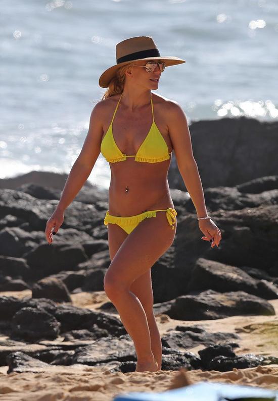 Britney Spears sexy trên đảo Hawaii hôm 3/1. Bà mẹ hai con mặc bikini tam giác để lộ hình xăm ở bụng dưới.