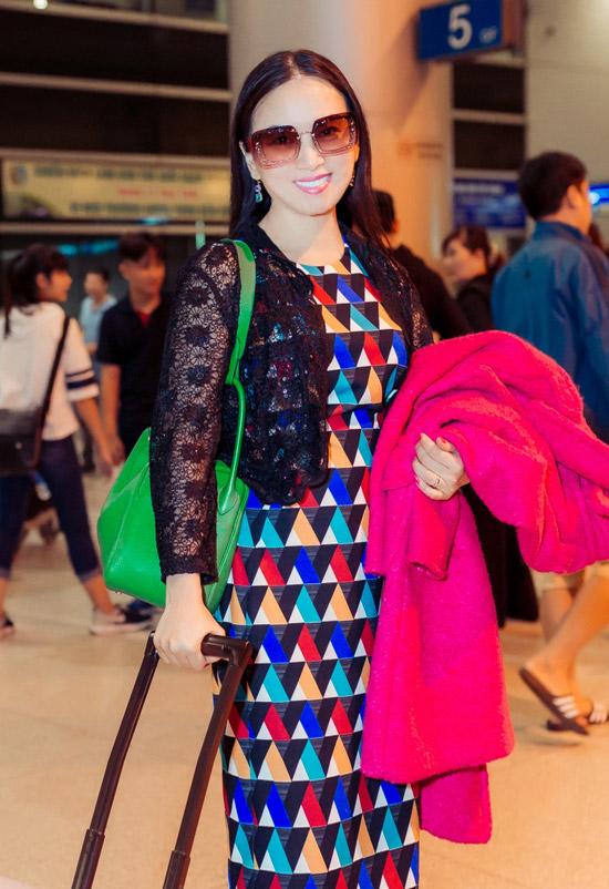 Bà xã tỷ phú Chính Chu diện set đồ hàng hiệu có tổng giá trị hơn 1 tỷ đồng gồm:đầmRalph Lauren, áokhoác Prada, valiLouis Vuitton cùng phụ kiện kính Miu Miu,túiHermes.