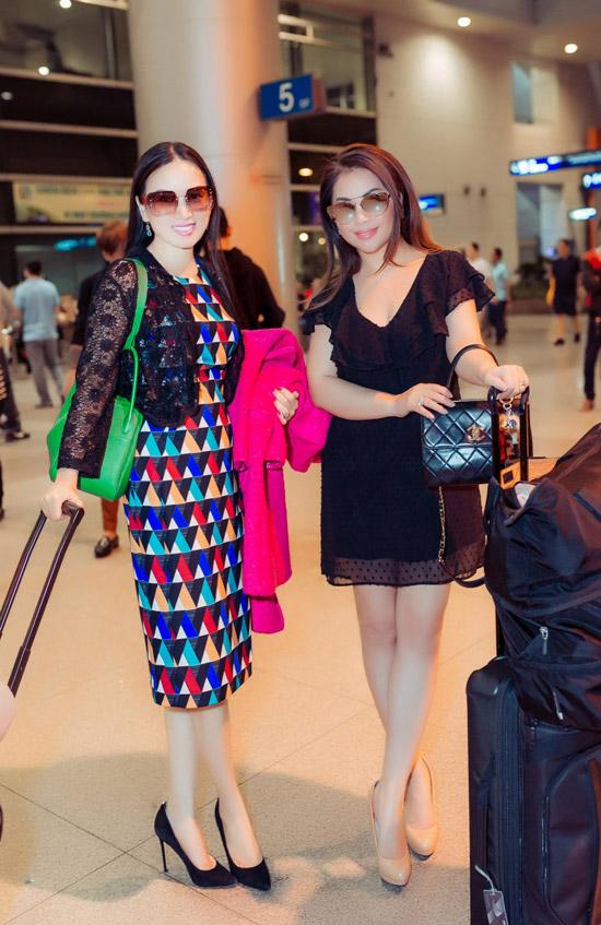 Về thăm gia đình cùng nữ ca sĩ còn có em gái Minh Tuyết. Đây là dịp hiếm hoi hai chị em ca sĩ cùng xuất hiện ở sân bay.