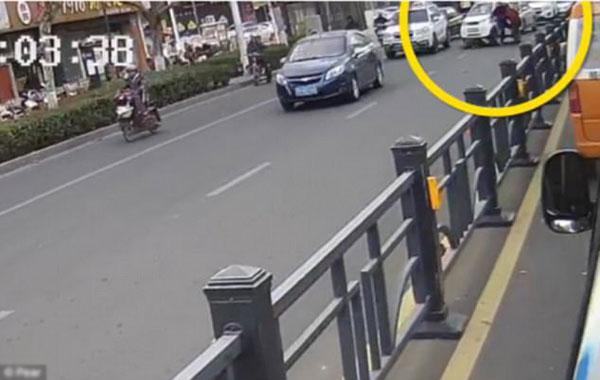 Người đi bộ bị đâm hai lần liên tiếp bởi cùng một chiếc xe do hai ông cháu lái.