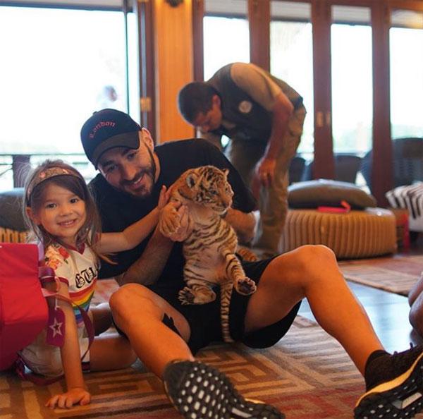 Benzema hứng gạch đá vì cho các con chơi với hổ
