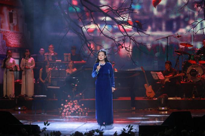 NSND Trần Nhượng sóng đôi vợ trẻ xem ca nhạc sau sự cố ăn tay gấu - 6