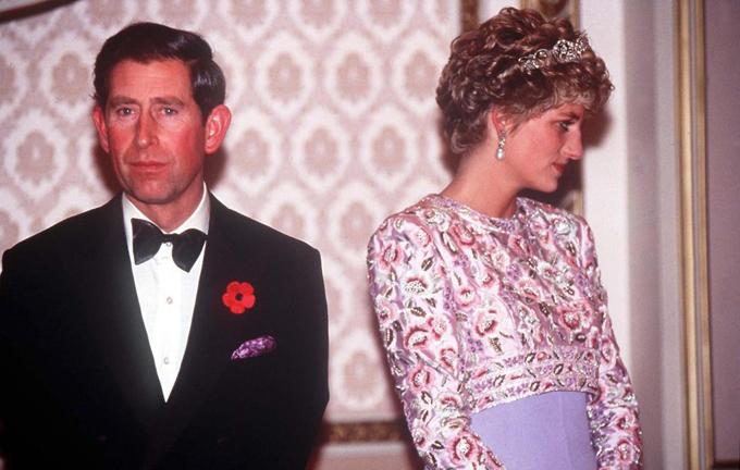 Công nương Diana đau khổ trong suốt cuộc hôn nhân với Thái tử Charles vì chồng cô đã yêu người phụ nữ khác. Hai người ly hôn vào tháng 8/1996.
