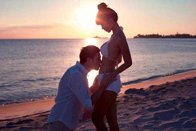 Ông xã Hà Anh hôn bụng bầu của vợ.